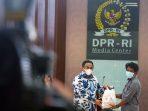 DPR-Beri-bantuan-7
